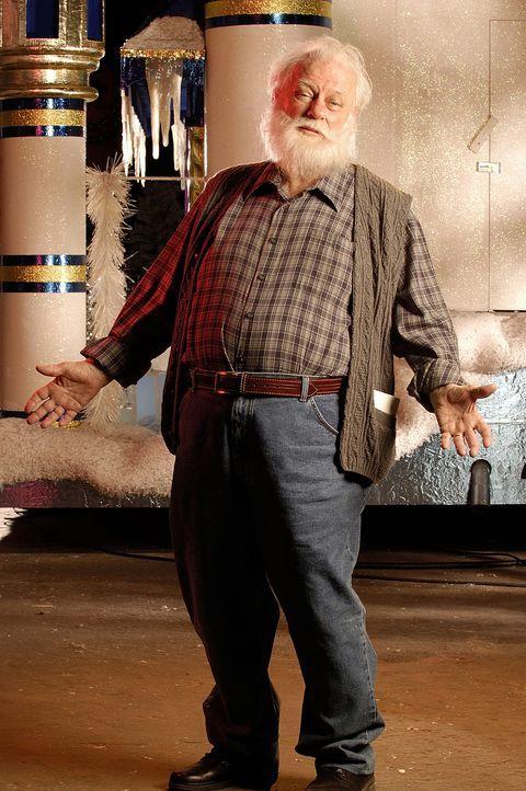Muss einen Haufen Familienväter in die Rolle des Santa Claus einführen: der hilfsbereite und liebenswürdige Ozzie (Charles Durning) - Bildquelle: TM &   2009 CBS Studios Inc. All Rights Reserved.