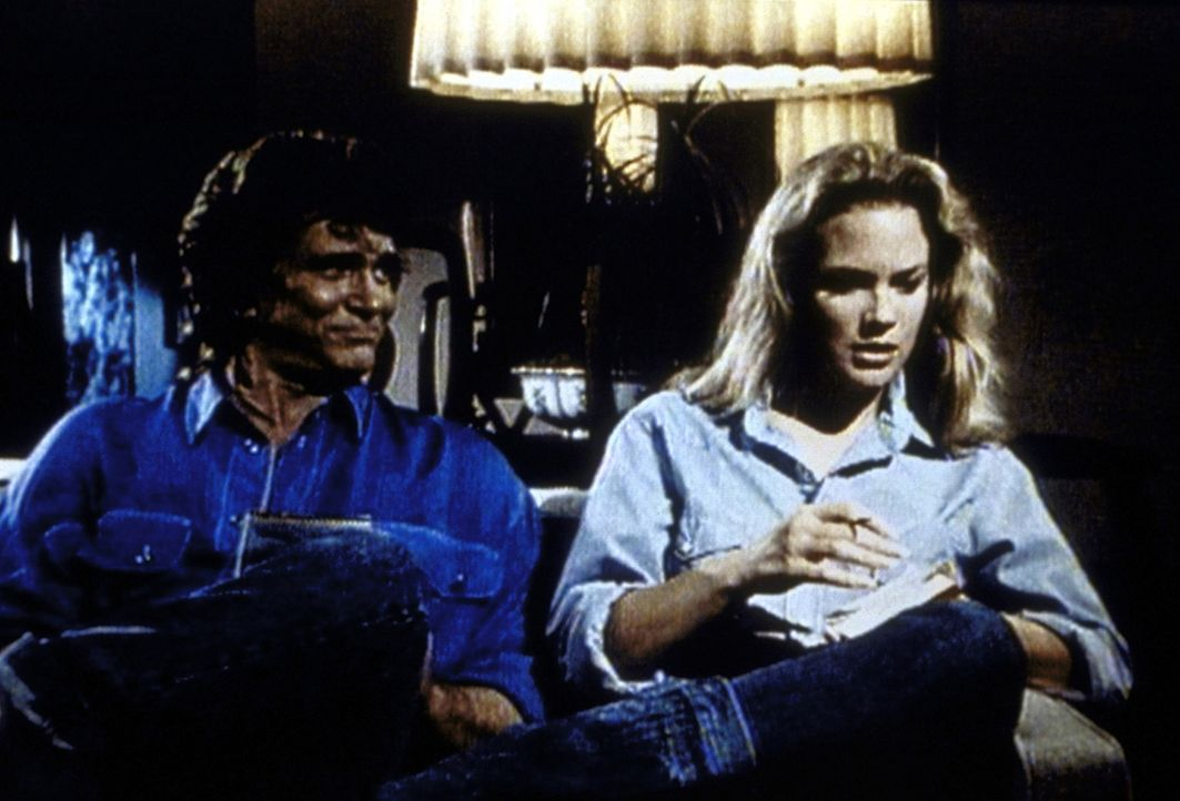 Jonathan (Michael Landon, l.) entdeckt an Jennifer (Leann Hunley, r.) viele Seiten, die sie mit seiner verstorbenen Frau Jane gemeinsam hat. - Bildquelle: Worldvision Enterprises, Inc.