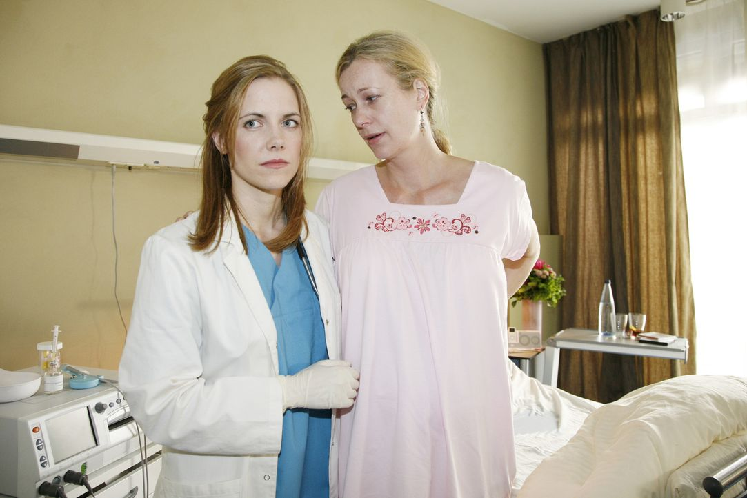 Susa Behrensen (Katarina Keil, r.) ist mit Zwillingen schwanger - ihr steht eine komplizierte Geburt bevor. Luisa (Jana Voosen, l.) ist aufgrund ihr... - Bildquelle: Mosch Sat.1