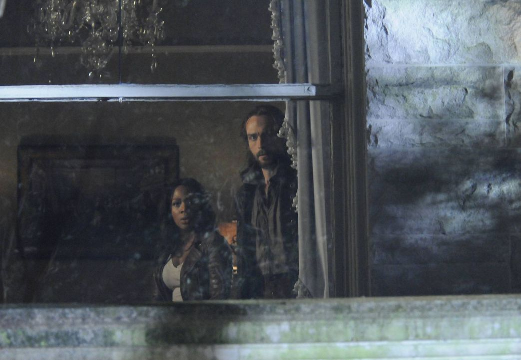 Versuchen alles, um den kopflosen Reiter von seinem Vorhaben aufzuhalten: Ichabod (Tom Mison, r.) und Abbie (Nicole Beharie, l.) ... - Bildquelle: 2013 Twentieth Century Fox Film Corporation. All rights reserved.