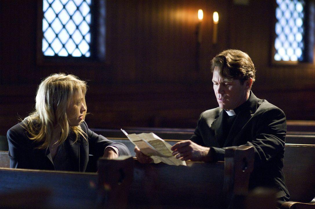 Als Dominique (Alexz Johnson, l.) Pater Mulligan (Brian Krause, r.) versucht klarzumachen, dass das ominöse Tagebuch, das sie auf einem Friedhof gef... - Bildquelle: Ed Araquel 2007 Diary Productions Inc.