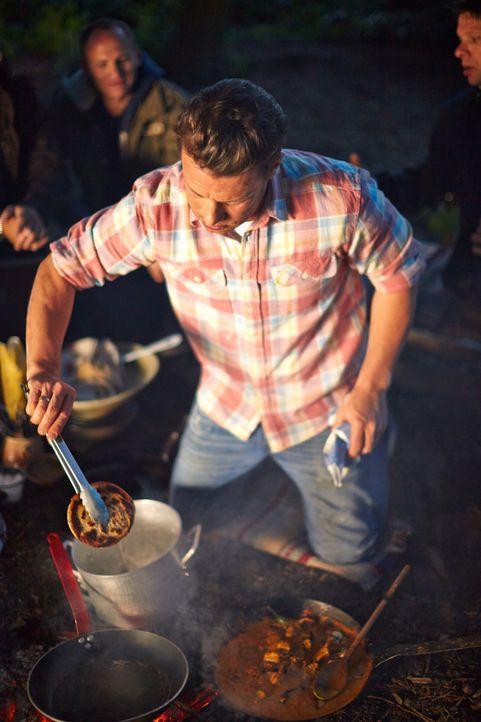 Für seinen Männerabend bereitet Jamie Oliver ein ganz besonderes Gericht über offenem Feuer zu: ein Chicken Tikka Masala ... - Bildquelle: FRESH ONE PRODUCTIONS MMXIV