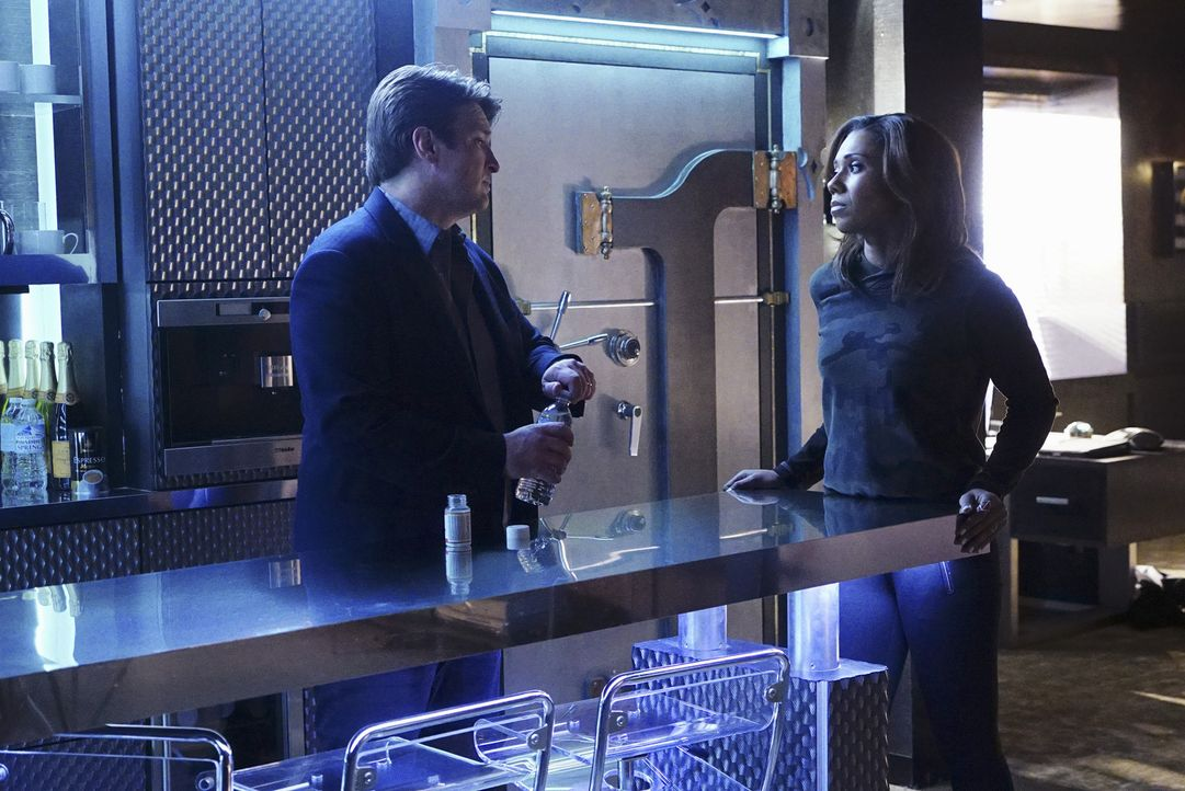 Castle (Nathan Fillion, l.) sucht Rat bei Hayley Shipton (Toks Olagundoye, r.). Aber kann sie ihm auch dieses Mal helfen? - Bildquelle: Richard Cartwright 2016 American Broadcasting Companies, Inc. All rights reserved.
