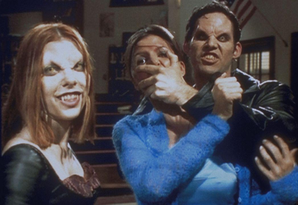 Die Vampire Willow (Alyson Hannigan, l.) und Xander (Nicholas Brendon, r.) haben in Cordelia (Charisma Carpenter, M.) ein neues Opfer gefunden. - Bildquelle: TM +   2000 Twentieth Century Fox Film Corporation. All Rights Reserved.