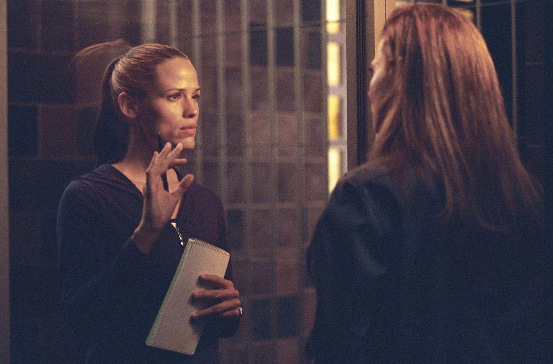 Weil die CIA die Informationen der CD nicht erhalten hat, sucht Sydney (Jennifer Garner, l.) Rat bei ihrer Mutter (Lena Olin, r.) ... - Bildquelle: Touchstone Television