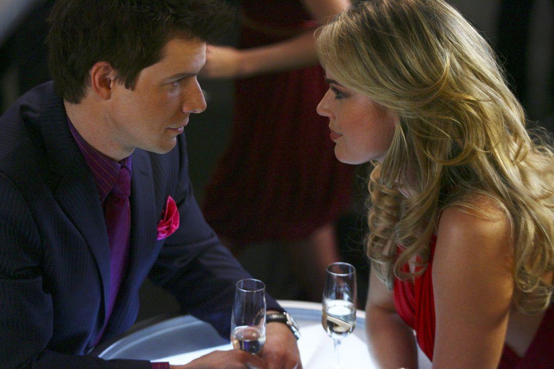 Kann sich Alexis' (Rebecca Romijn, r.) Charisma nicht entziehen: Daniel (Eric Mabius, l.) ... - Bildquelle: Buena Vista International Television