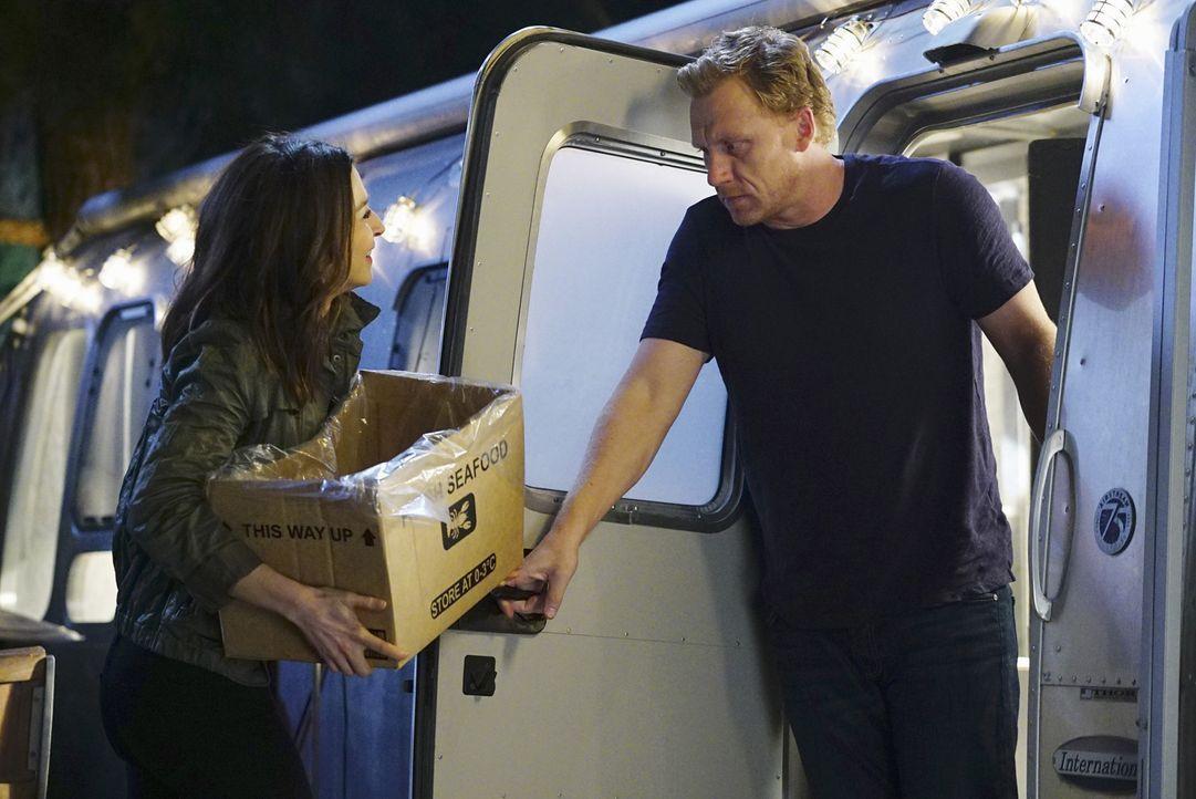 Ihr gemeinsamer Abend verläuft völlig anders als geplant: Owen (Kevin McKidd, r.) und Amelia (Caterina Scorsone, l.) ... - Bildquelle: Richard Cartwright ABC Studios