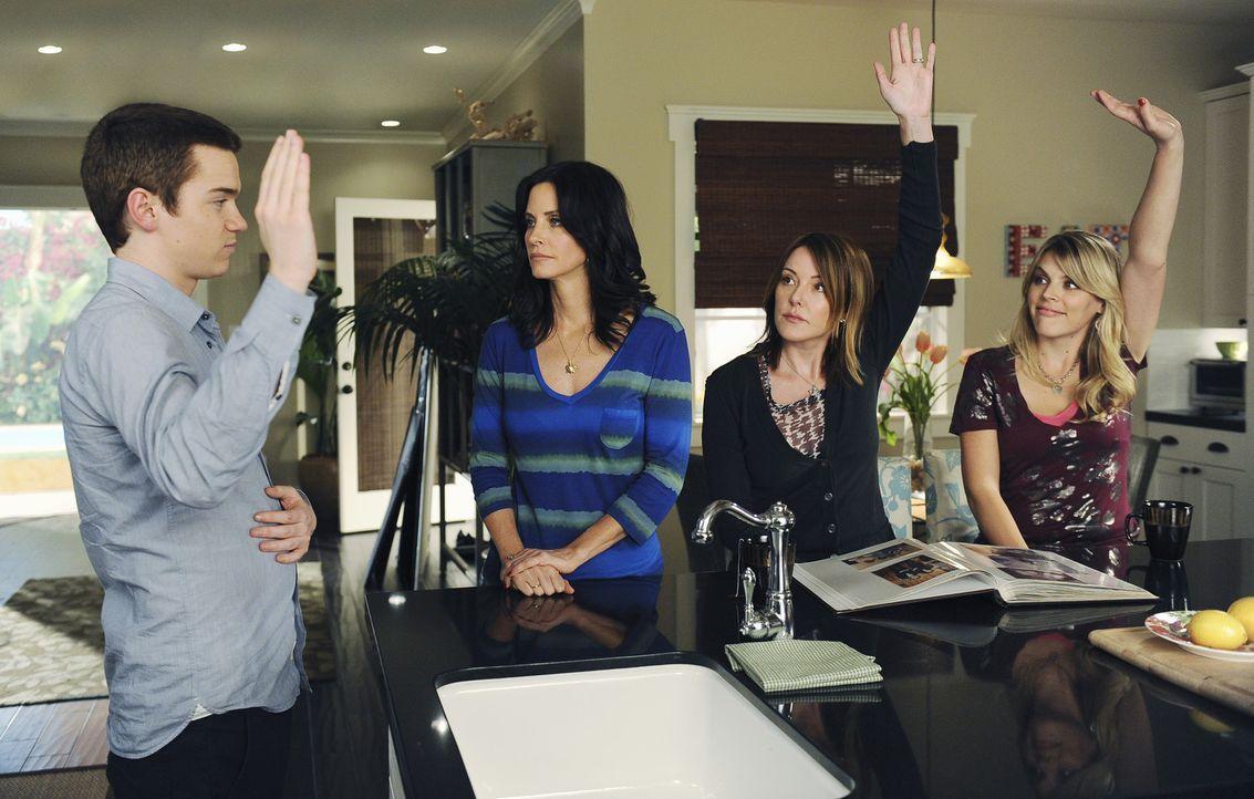 Laurie (Busy Philipps, r.) und Ellie (Christa Miller, 2.v.r.) unterstützen Travis (Dan Byrd, l.) bei seiner Überzeugungsarbeit - leider ohne Erfol... - Bildquelle: 2009 ABC INC.