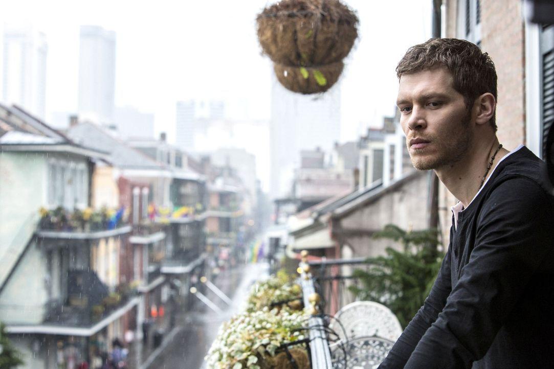 Klaus nachdenklich auf Balkon