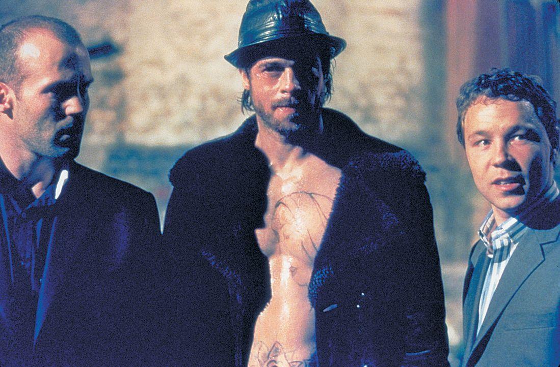 In letzter Minute gelingt es Turkish (Jason Statham, l.) und Tommy (Stephen Graham, r.), einen neuen  Boxer aufzutreiben. Doch Mickey (Brad Pitt, M.... - Bildquelle: 2003 Sony Pictures Television International. All Rights Reserved.