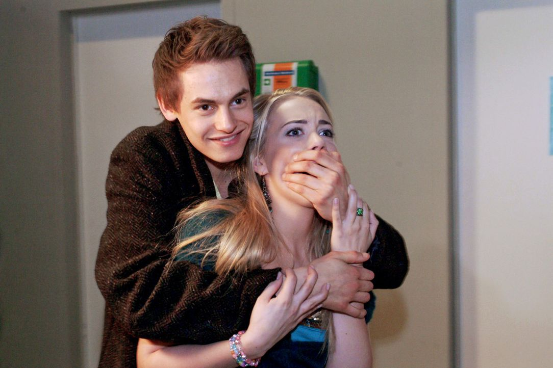 Alex (Shai Hoffmann, l.) geht bei Kim (Lara-Isabelle Rentinck, r.) aufs Ganze, ohne zu bemerken, in welchem Gemütszustand sie sich befindet. - Bildquelle: Monika Schürle Sat.1