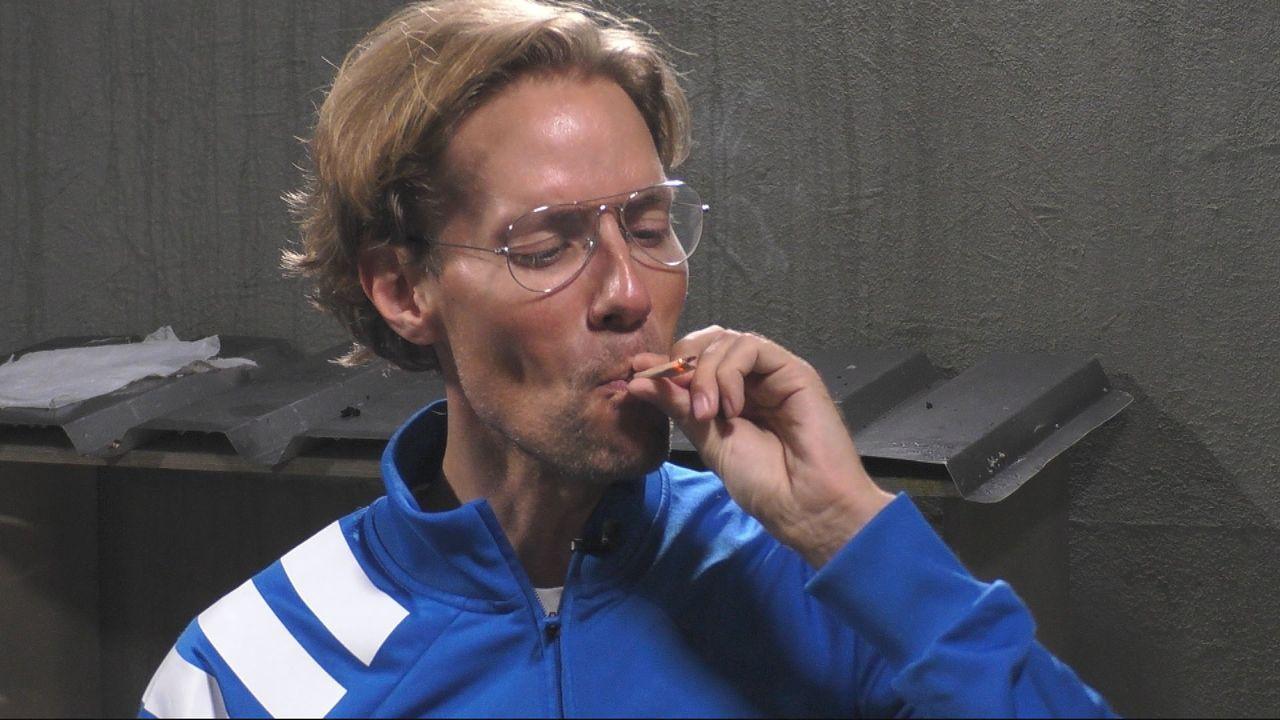 Seine erste Zigarette: Jens Hilbert. - Bildquelle: SAT.1