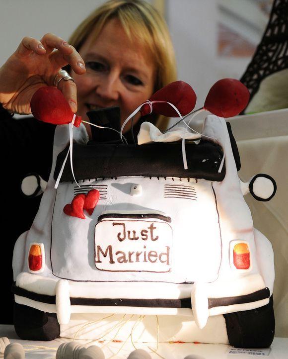 Hochzeitstorte-Auto-AFP - Bildquelle: AFP