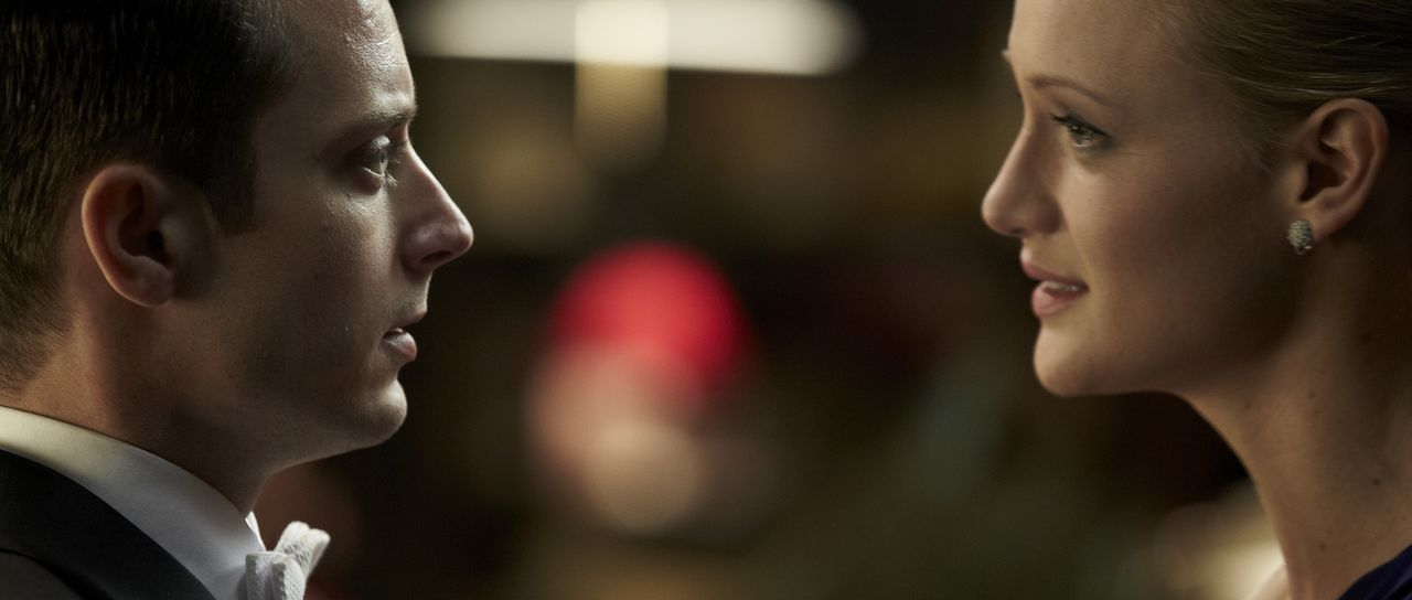 Nur eine falsch gespielte Note und ihr Leben ist in Gefahr: Tom (Elijah Wood, l.) und Emma Selznick (Kerry Bishé, r.) ... - Bildquelle: Wild Bunch