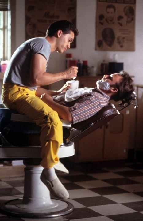 Der völlig verunsicherte Jay (Brad Renfro, r.) gerät in den Bann des eigenwilligen Häftlings Buddy (Clifton Collins Jr., l.), der ihn von der Mac... - Bildquelle: Tomorrow Film