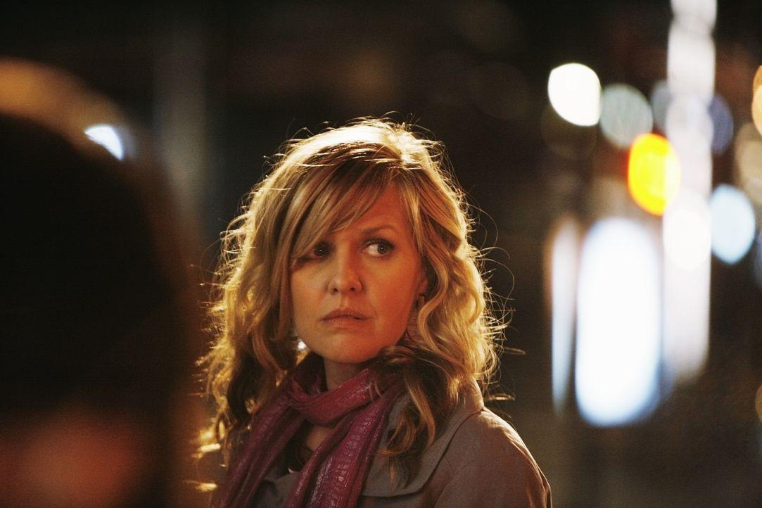 Christina (Ashley Jensen) kann nicht glauben, dass der DNA-Test korrekt ist. Deshalb lässt sich in einem schwachen Moment dazu hinreißen, das Baby z... - Bildquelle: 2008   ABC Studios