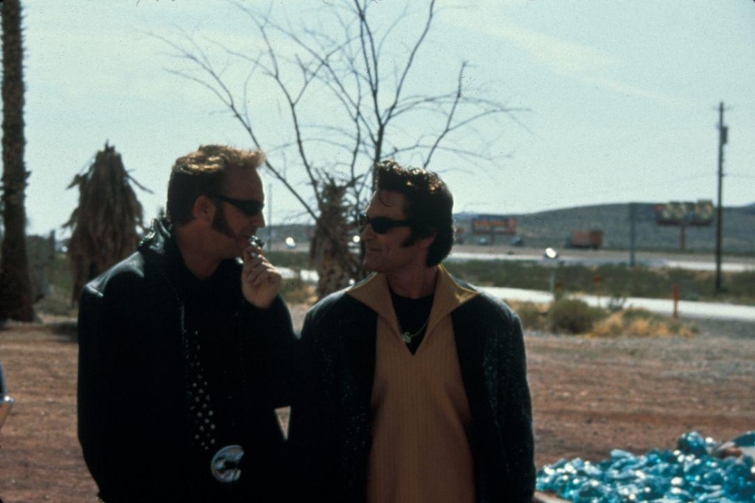 Eines Tages beschließen die soeben aus dem Knast entlassenen Michael Zane (Kurt Russell, r.) und Thomas Murphy (Kevin Costner, l.), das Riviera-Cas... - Bildquelle: Francise Pictures