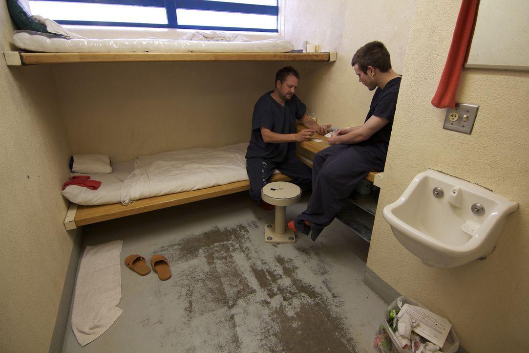 Mit Kartenspielen beschäftigen sich die Häftlinge und können so etwas Abwechslung in ihren Alltag bringen ... - Bildquelle: James Peterson National Geographic Channels