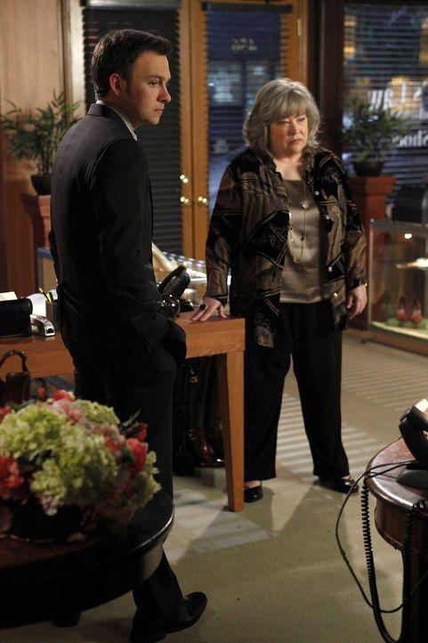 Um Willie zu helfen, versuchen Harriet (Kathy Bates, r.) und Adam (Nathan Corddry, l.) alles ... - Bildquelle: Warner Bros. Television