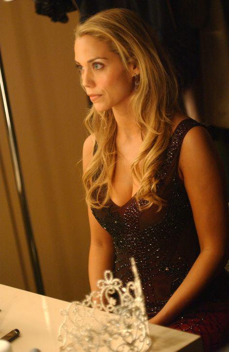 Auch nach ihrer Schönheitsoperationen fühlt sich Lynette Shaw (Elizabeth Berkley) einsam und von ihrer Umwelt nicht anerkannt ... - Bildquelle: Warner Bros. Entertainment Inc.