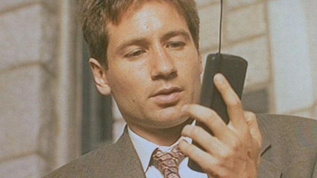 Mulder (David Duchovny) empfängt mit seinem Handy nicht nur akustische, sonde...