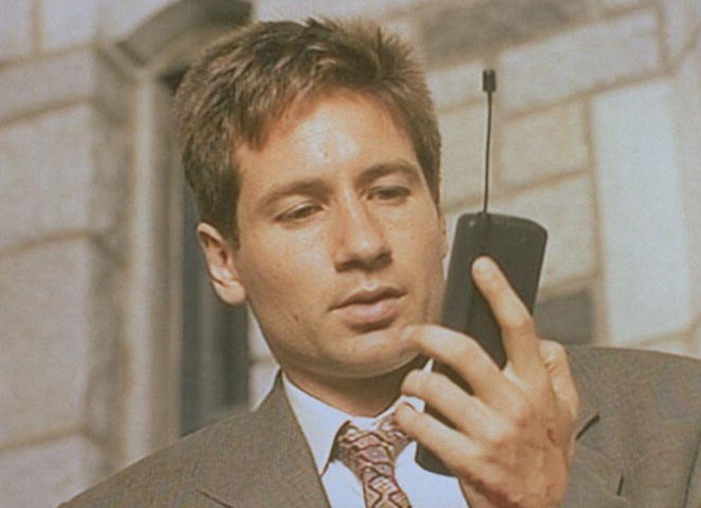 Mulder (David Duchovny) empfängt mit seinem Handy nicht nur akustische, sondern auch visuelle Botschaften. - Bildquelle: TM +   Twentieth Century Fox Film Corporation. All Rights Reserved.