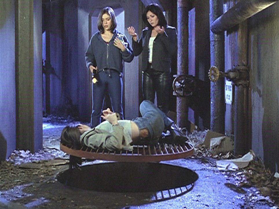 Prue (Shannen Doherty, r.) und Phoebe (Alyssa Milano, l.) wissen noch nicht, wie schwer Piper (Holly Marie Combs, vorne) verletzt ist. - Bildquelle: Paramount Pictures