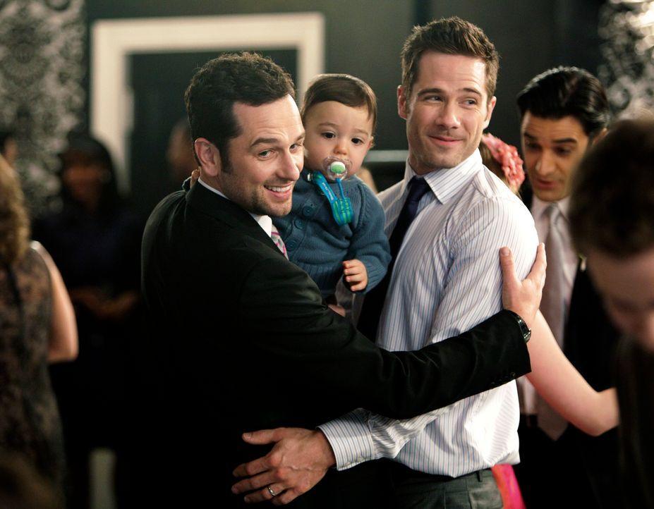 Endlich haben Scotty (Luke MacFarlane, r.) und Kevin (Matthew Rhys, l.) die Familie, die sie sich immer gewünscht haben ... - Bildquelle: 2011 American Broadcasting Companies, Inc. All rights reserved.