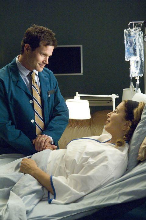 Nach der OP erkundigt sich Sean (Dylan Walsh, l.) bei seiner Patientin Liz (Roma Maffia, r.) nach dem Wohlbefinden ... - Bildquelle: TM and   2004 Warner Bros. Entertainment Inc. All Rights Reserved.