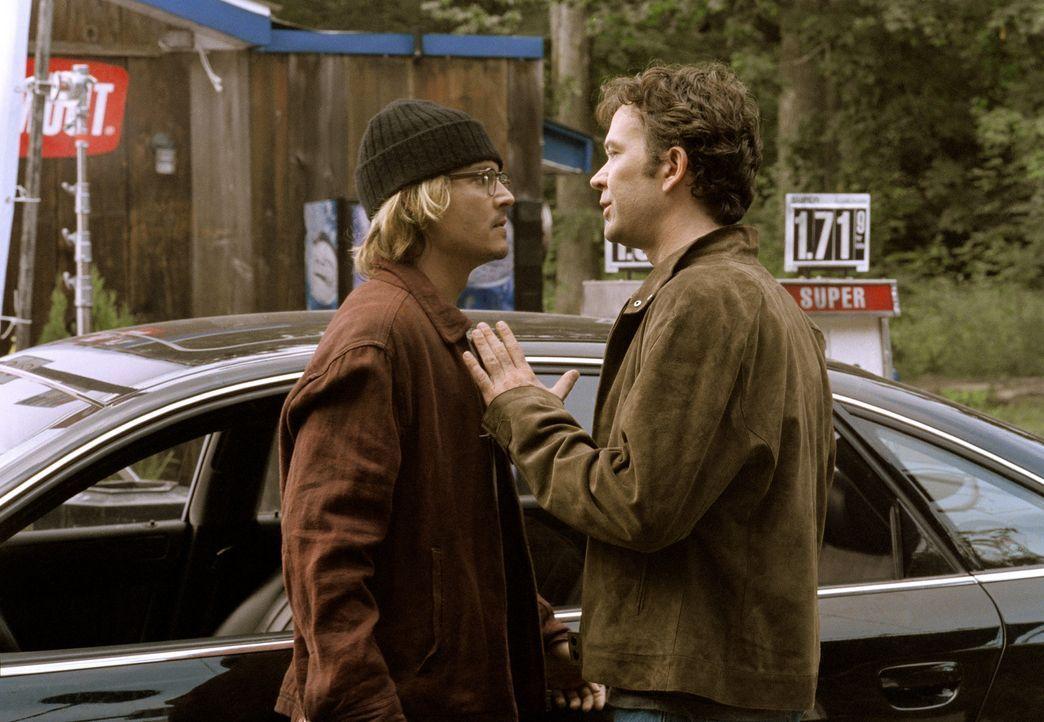 Verzweifelt versucht Mort Rainey (Johnny Depp, l.) dahinter zu kommen, ob nicht Amys Neuer, Ted (Timothy Hutton, r.), für all die eigenartigen Gesc... - Bildquelle: Sony Pictures Television International. All Rights Reserved.