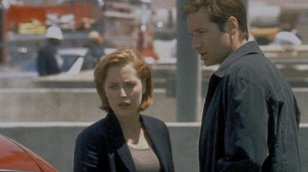Auf dem Parkplatz eines Atomkraftwerkes in Phoenix machen Mulder (David Ducho...