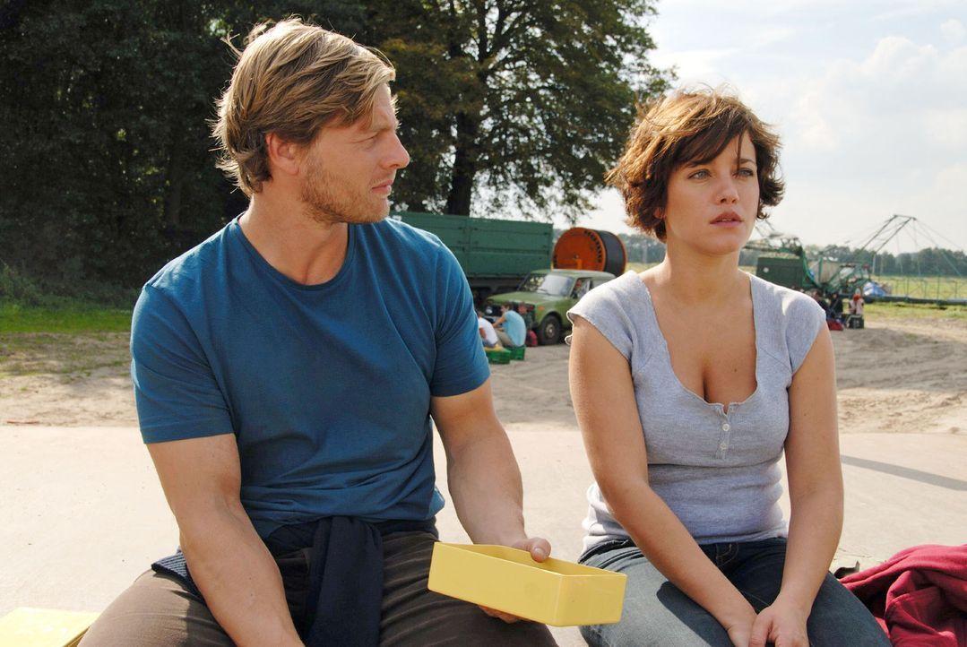In der Mittagspause versucht Michael (Henning Baum, l.) mit Susanne (Muriel Baumeister, r.) ins Gespräch zu kommen. Vergeblich ... - Bildquelle: Hardy Spitz Sat.1