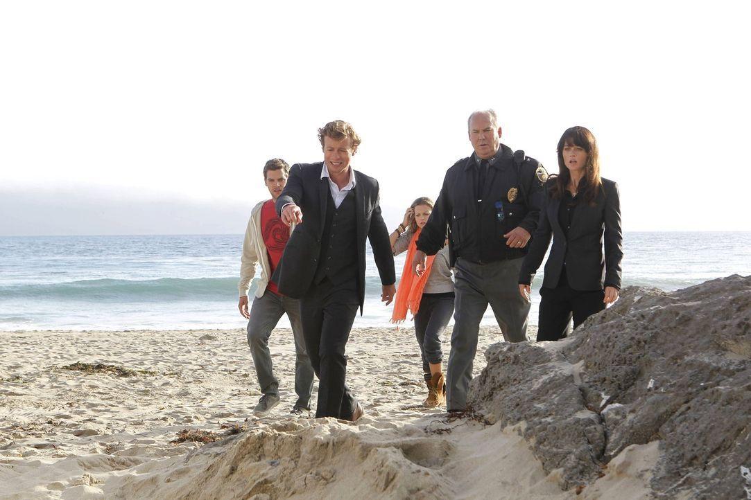 Als der angehende Surfprofi Jay Banner ermordet am Strand aufgefunden wird, beginnen Patrick (Simon Baker, 2.v.l.), Teresa (Robin Tunney, r.) und Ch... - Bildquelle: Warner Bros. Television