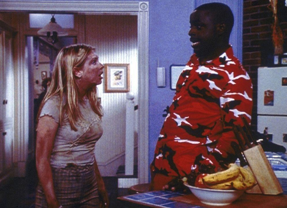 Der Quizmaster (Alimi Ballard, r.) entzieht Sabrina (Melissa Joan Hart, l.) ihre Zauberkraft ... - Bildquelle: Paramount Pictures