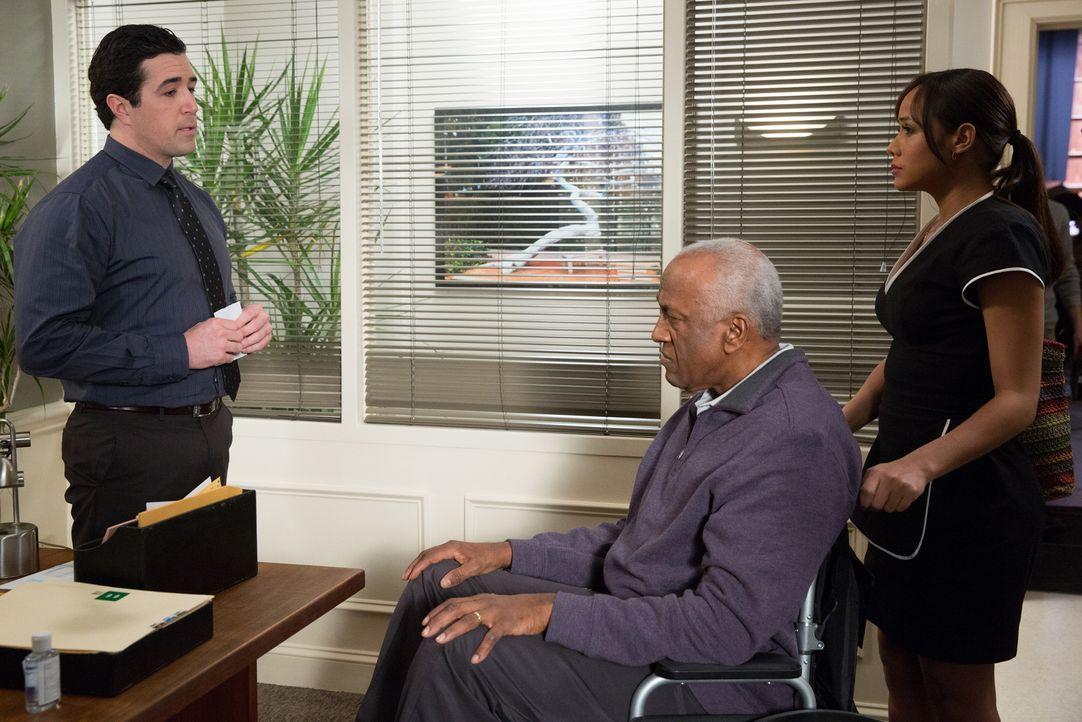 Rosie (Dania Ramirez, r.) begleitet ihren neuen Arbeitgeber Kenneth (Willie C. Carpenter, M.) zu dem Spezialisten Dr. Joseph (Preston James Hillier,... - Bildquelle: 2014 ABC Studios