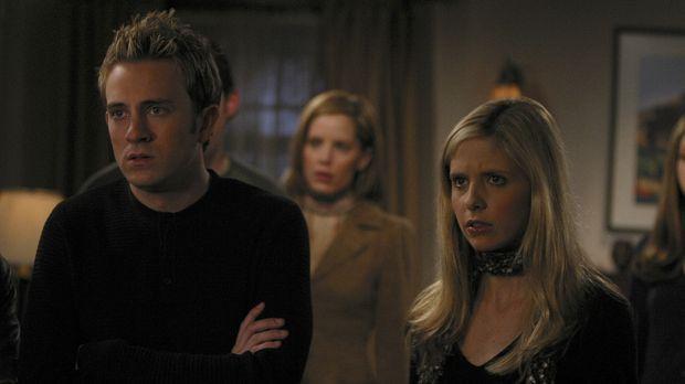 Spikes Chip zeigt die ersten Mängel. Buffy (Sarah Michelle Gellar, r.) und ih...