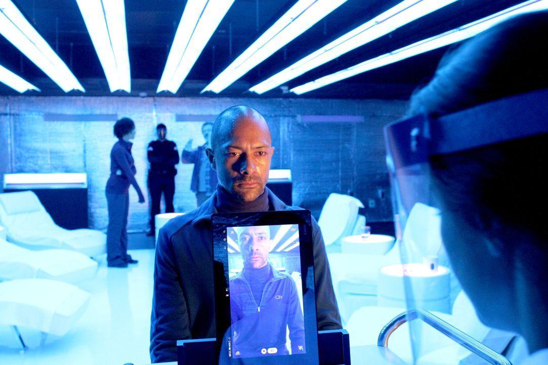 Bei seiner Befragung gibt Dr. Haven (Chimwemwe Dave Miller) einen entscheidenden Hinweis: Bei dem Übergriff von Pater waren noch weitere Wissenschaf... - Bildquelle: 2014 Sony Pictures Television Inc. All Rights Reserved.