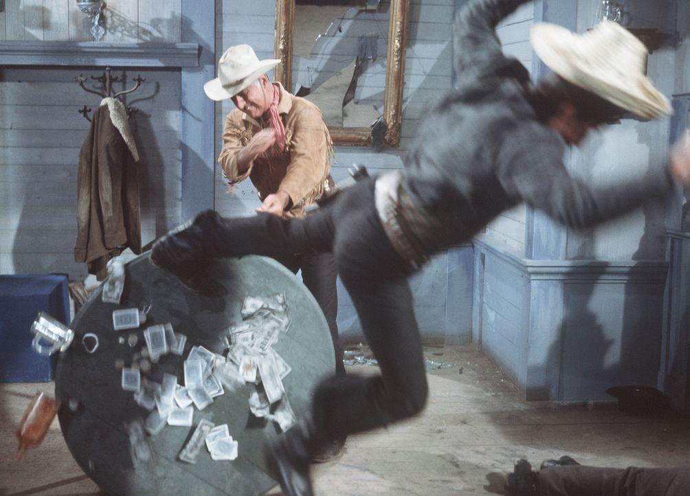 Wer beim Pokerspiel betrügt, ist bei Old Surehand (Stewart Granger, l.) an der falschen Adresse ... - Bildquelle: Warner Bros.