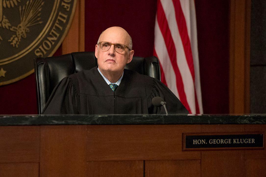 Wie wird Richter Kluger (Jeffrey Tambor) entscheiden? - Bildquelle: David Giesbrecht 2013 CBS Broadcasting Inc. All Rights Reserved.