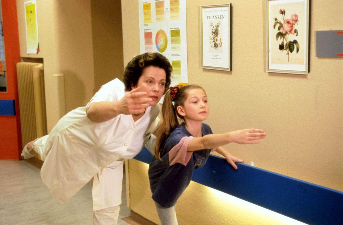 Die siebenjährige Nicole (Meike Fellinger, r.) möchte einmal Ballerina werden. Nach einer Blinddarmoperation darf sie langsam wieder mit den erste... - Bildquelle: Noreen Flynn Sat.1