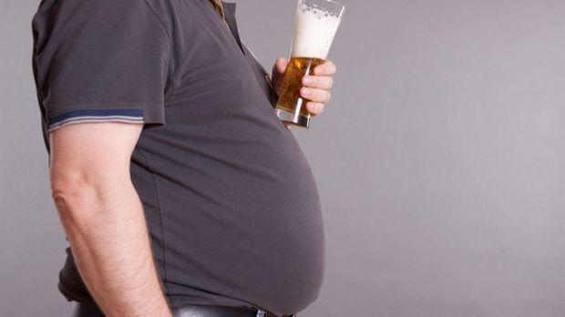Ein Bierbauch kommt vom Bier? Wohl kaum! Eher sind meist eine insgesamt falsc...
