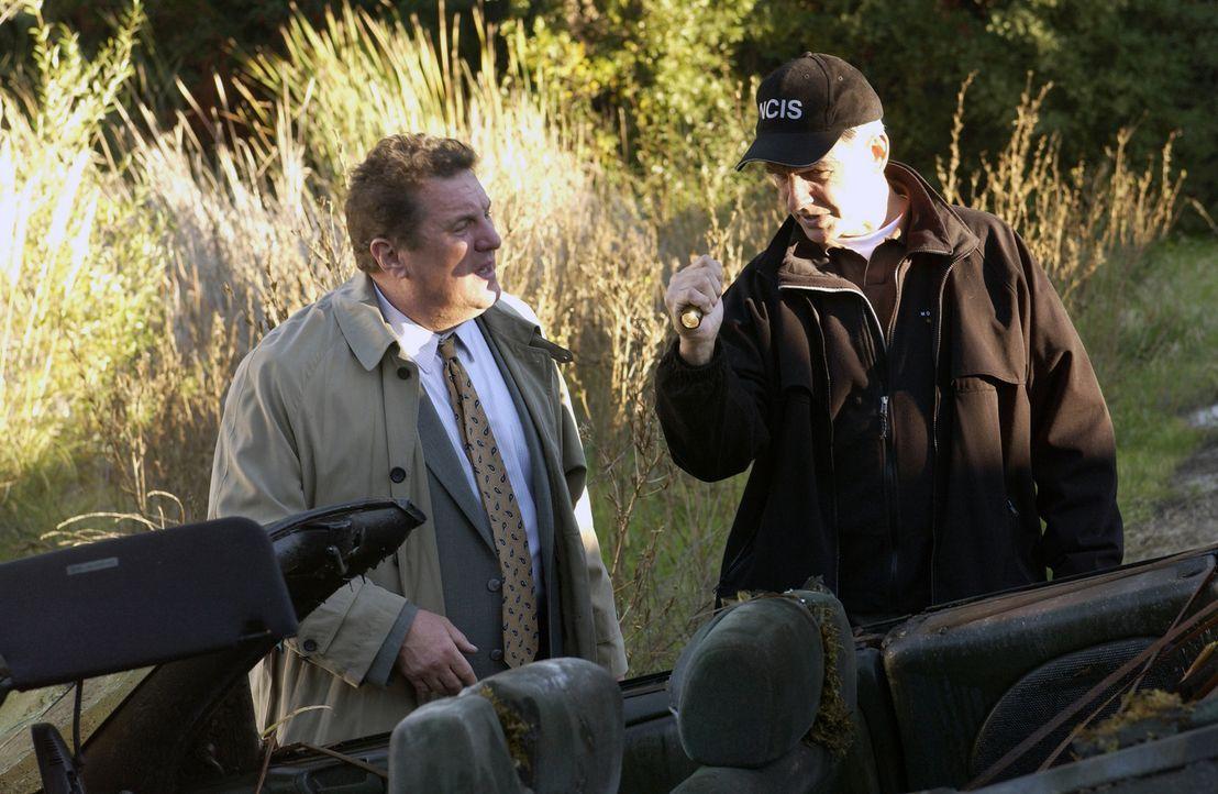Als Detective Monroe Cooper (Mike Starr, l.) die Leiche eines seit zwei Jahren vermissten Navy Offiziers in einem See findet, ist Gibbs (Mark Harmon... - Bildquelle: CBS Television