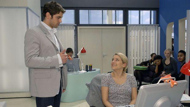 Jonas (Roy Peter Link, l.) zeigt sich von Annas (Jeanette Biedermann, r.) lei...
