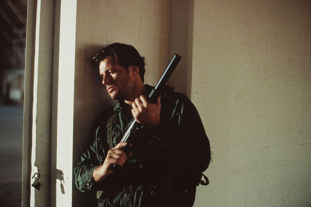 """Als sein Ex-Kollege den Regierungskampfbomber """"Stealth Fighter"""" entführt, muss Ryan Mitchell (Costas Mandylor) gegen seinen alten Rivalen antreten .... - Bildquelle: Artisan Entertainment"""