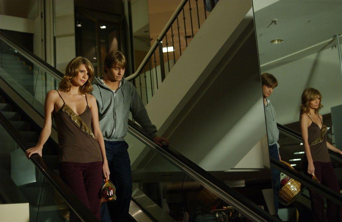 Genießen die Zeit im Einkaufscenter: Marissa (Mischa Barton, l.) und Ryan (Benjamin McKenzie, r.) ... - Bildquelle: Warner Bros. Television