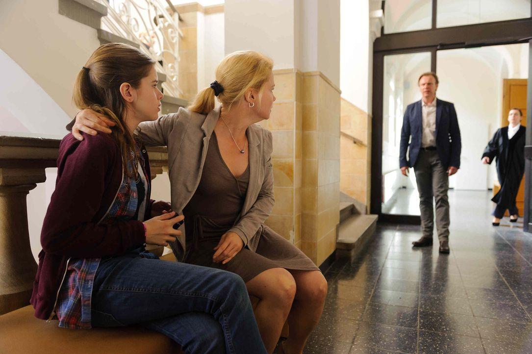 Als ihr Vater (Christoph Grunert, r.) und ihre Mutter (Anette Frier, M.) beim Scheidungstermin eine Entscheidung, wo sie zukünftig leben möchte, ver... - Bildquelle: Willi Weber SAT.1