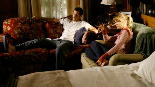 Gemütlicher Fernsehabend: Rebecca (Emily VanCamp, r.) leistet Justin (Dave An...