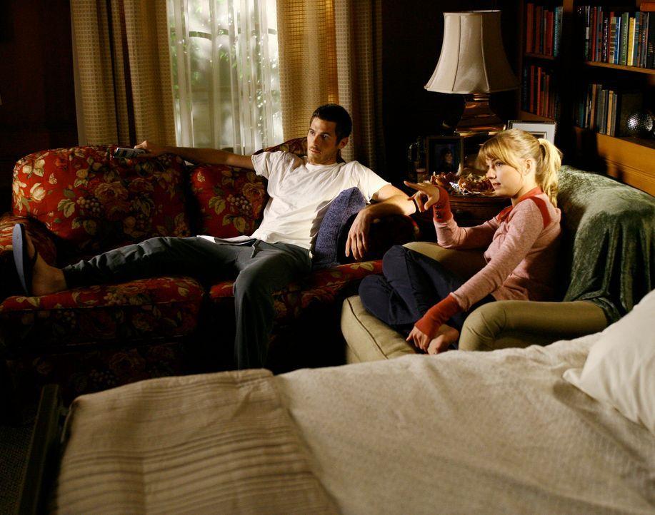 Gemütlicher Fernsehabend: Rebecca (Emily VanCamp, r.) leistet Justin (Dave Annable, l.) während dieser sich auskuriert Gesellschaft... - Bildquelle: Disney - ABC International Television