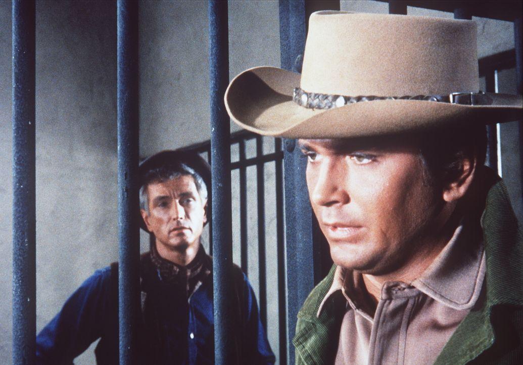 Zum ersten Mal sitzt Little Joe (Michael Landon, r.) auf der Geschworenen-Bank. Der Angeklagte Terence O'Toole (Liam Sullivan, l.) wird beschuldigt,... - Bildquelle: Paramount Pictures