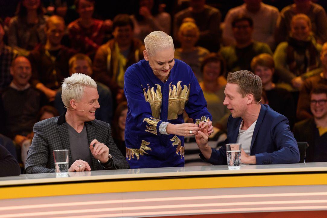 Guido Cantz (l.), Hella von Sinnen (M.) und Oliver Pocher (r.) rätseln gemeinsam an den genialen Fragen der Zuschauer. - Bildquelle: Willi Weber SAT.1